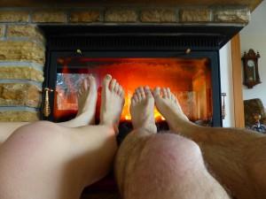 varme fødderne ved brændeovnen